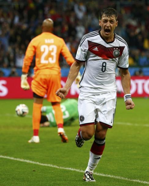 Mesut Özil celebra el segundo tanto alemán.