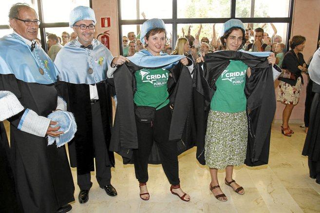 Profesores de la Facultad de Filología Catalana, vistiendo camisetas...