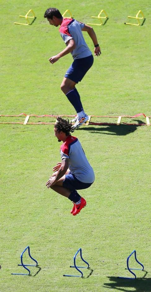 Dos jugadores de Estados Unidos hacen ejercicios en el entrenamiento.