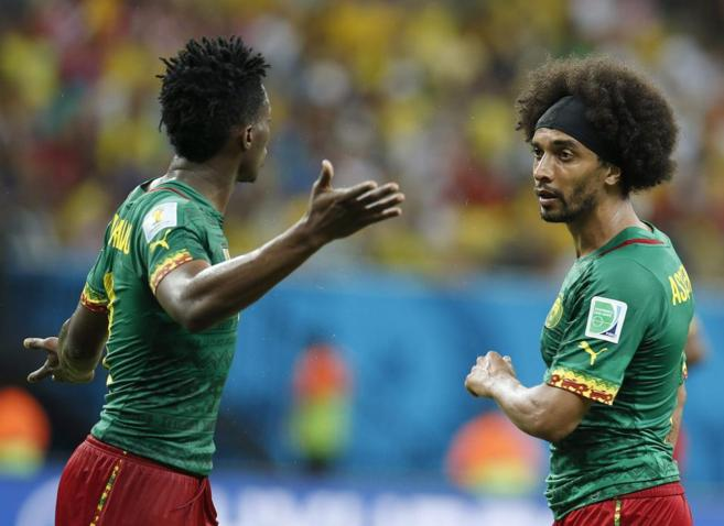 Moukandjo y Assou-Ekotto discuten durante el partido contra Croacia.