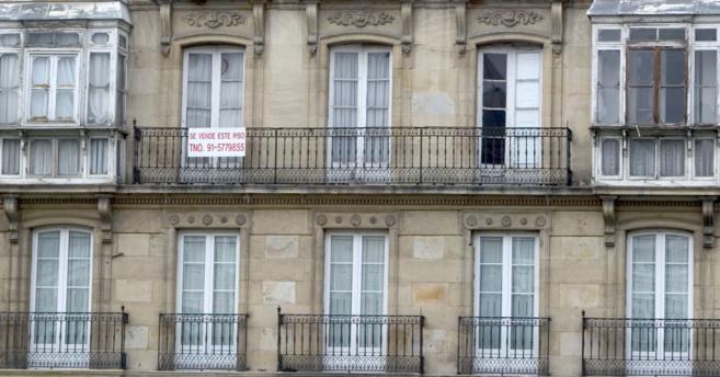 Imagen de un edificio de VItoria en el que hay un cartel de Venta de...