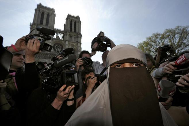 La primera mujer detenida por llevar niqab, rodeada de fotógrafos en...
