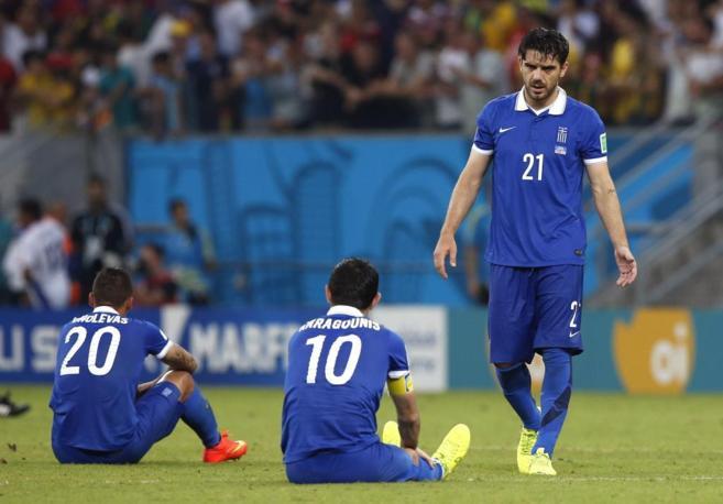 Los jugadores griegos, tras caer en la tanda de penaltis ante Costa...