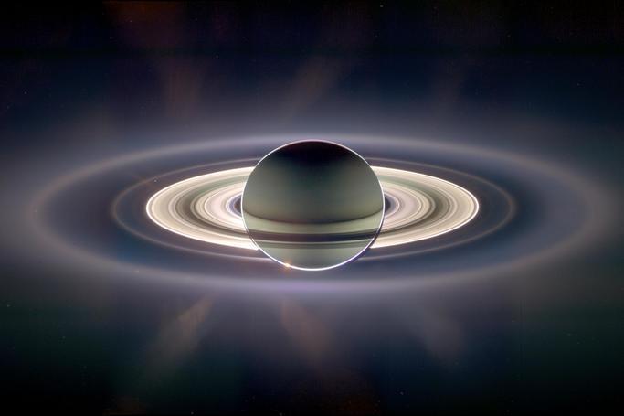 En esta imagen se aprecian los anillos del planeta en su máximo...