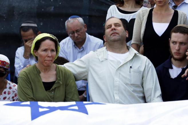 Rachel y Avi, padres de uno de Naftali Frenkel, uno de los jóvenes...