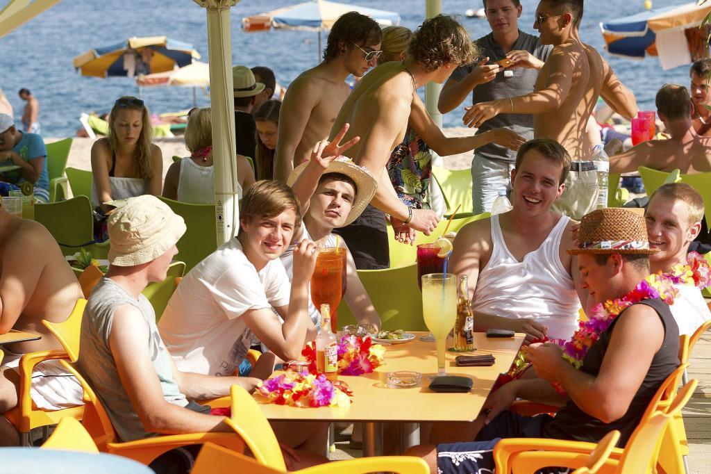 Turistas extranjeros en un chiringuito.