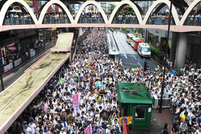 Cientos de miles de personas marchan durante una protesta para pedir...