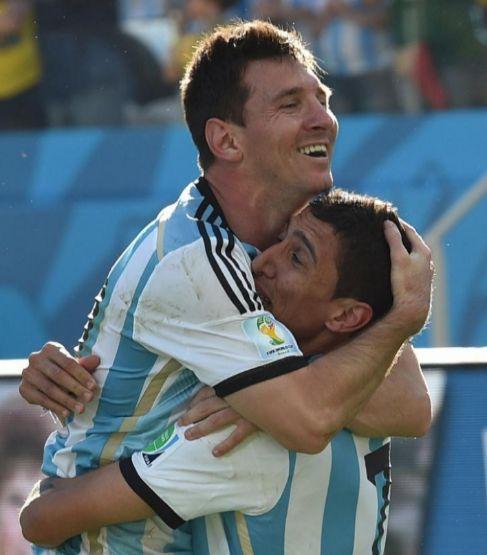 Messi y Di María se abrazan tras el gol del jugador del Real Madrid.