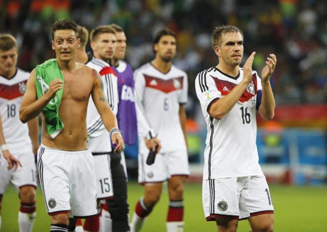 Los jugadores alemanes saludan a sus aficionados tras su...