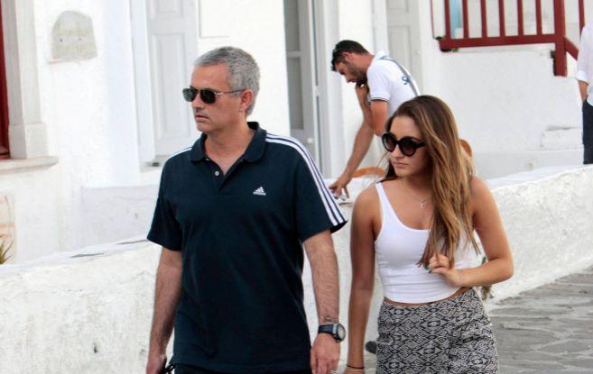 Jose Mourinho y su hija Matilde, dando un paseo por la isla de Mykonos...