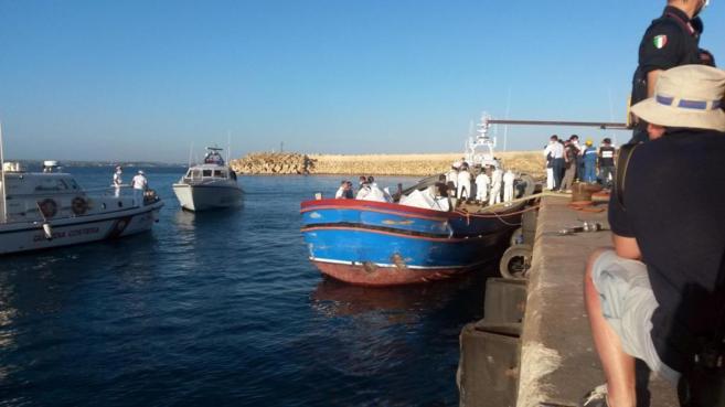 Un bote llega con los cuerpos de los inmigrantes fallecidos el lunes...