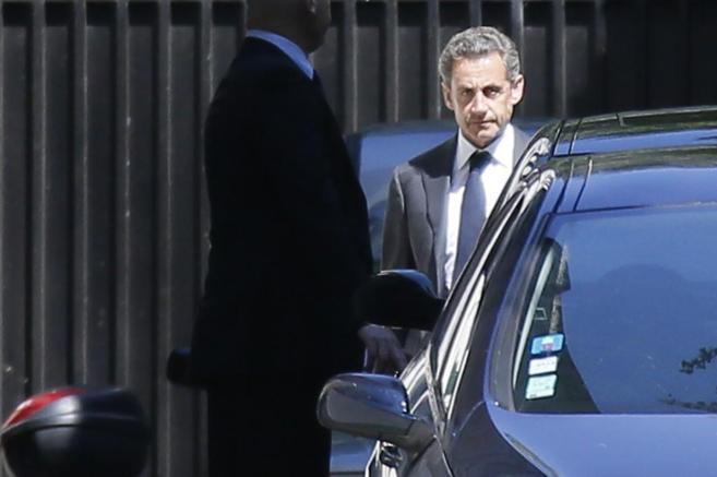 El ex presidente francés Nicolas Sarkozy abandona hoy su residencia...