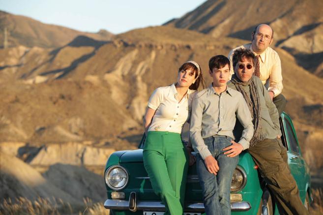 David Trueba junto a los protagonistas de 'Vivir es fácil con...