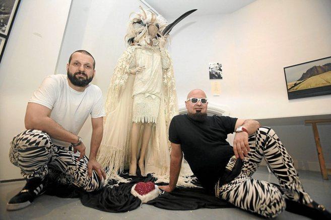 Manuel Carrión y Felipe Vivas, de la firma Tolentino, con una de las...
