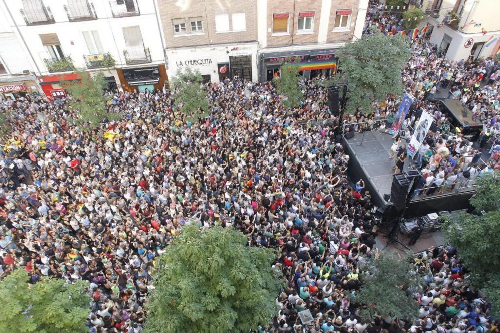 Así lucía la plaza de Chueca en el momento del pregón que inaugura...