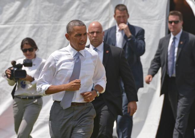 El presidente de EEUU, Barack Obama, camino de dar un conferencia en...