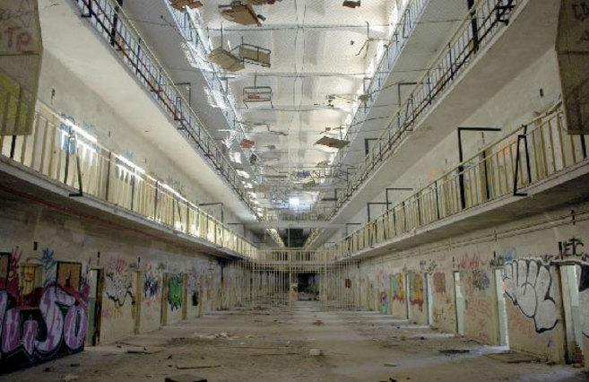 El interior del presidio, abandonado y lleno de grafitis, en 2006, dos...
