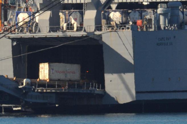 Uno de los contenedores de armas químicas es transportado al buque...