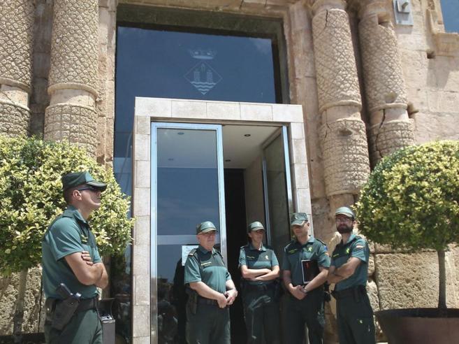 Efectivos de la Guardia Civil custodian el acceso al Ayuntamiento de...