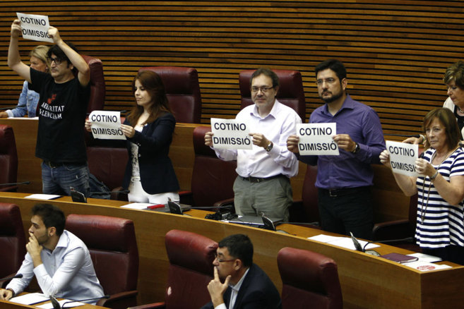 Los diputados de Esquerra Unida exhiben carteles en las Cortes...