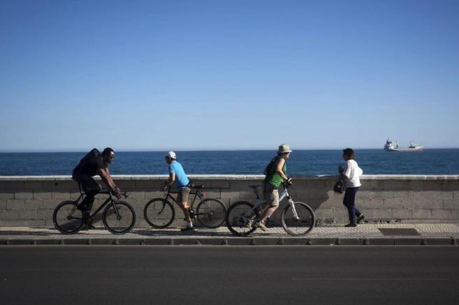 Varios ciclistas, en Málaga.