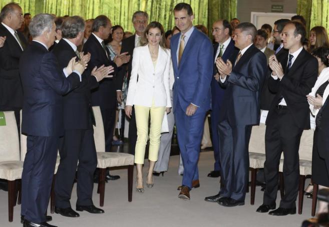 Los Reyes son recibidos con un aplauso a su llegada al acto.