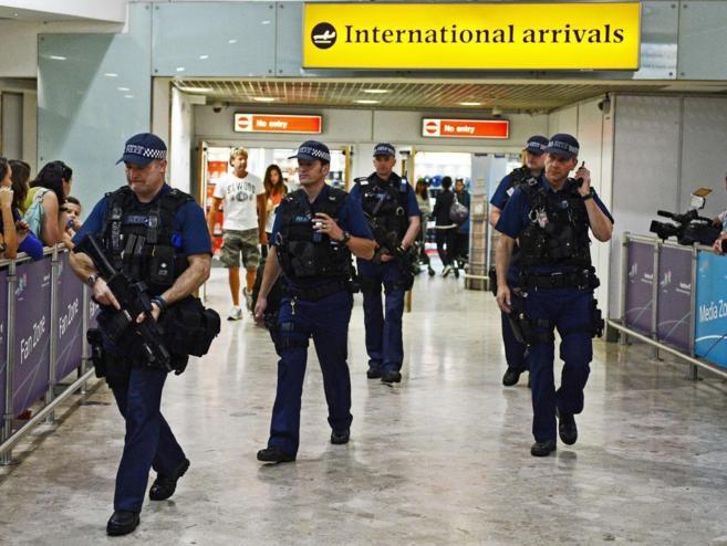 Un grupo de policías patrullan el aeropuerto londinense de Heathrow,...