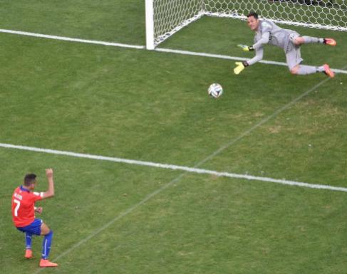 Momento en que Julio César detiene el penalti lanzado por Alexis.