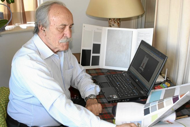 El inventor de Skinergy, Luis Corbella, mostrando su proyecto.