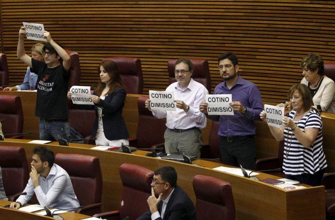 Los diputados de EU muestran en las Cortes carteles de 'Cotino...