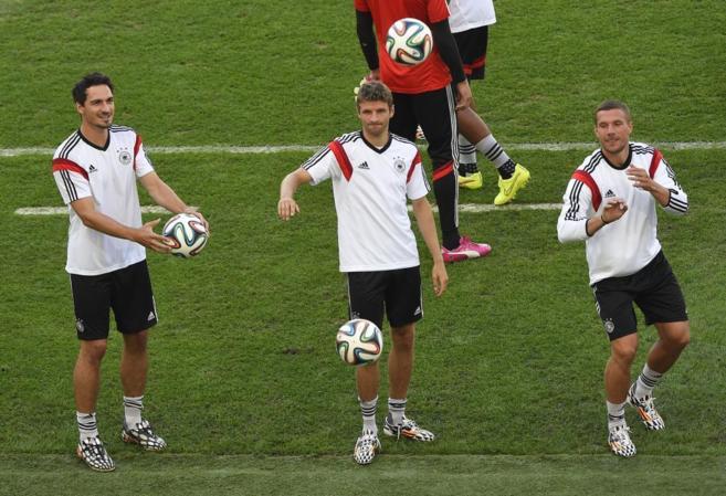 Mats Hummels, Müller y Podolski durante el entrenamiento de...