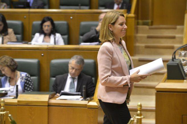 Arantza Quiroga en un pleno en el Parlamento, con el lehendakari al...