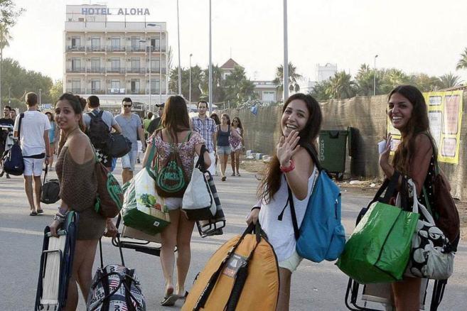 Jóvenes que se despiden de la edición pasada del festival Arenal...