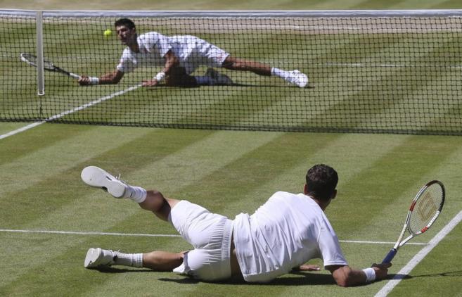 Djokovic, al fondo, y Dimitrov, durante la semifinal de Wimbledon.