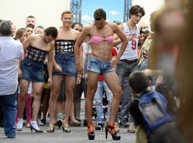 Participantes de la Carrera de Tacones en el barrio de Chueca, Madrid.