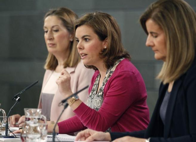 Soraya Saénz de Santamaría, junto a las ministras Fátima Báñez y...