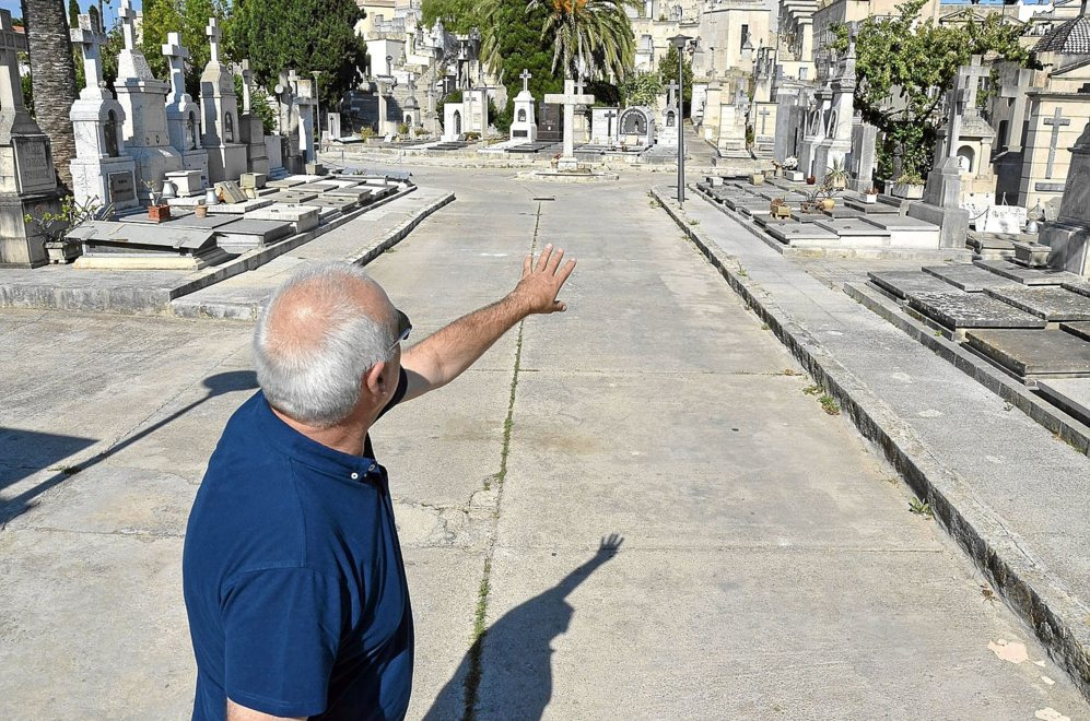 Manel Suárez en la zona donde se ubicaba la fosa común del...