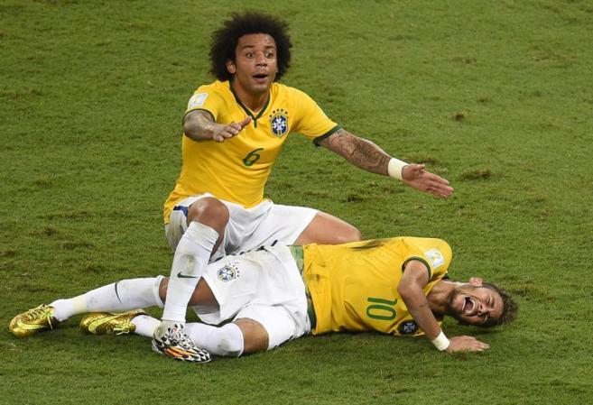 Marcelo protesta tras la entrada de Zuñiga a Neymar.