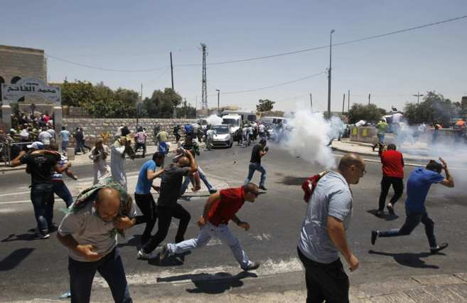 Manifestantes palestinos se enfrentan a soldados israelíes en el...