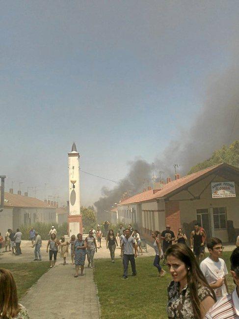 Una columna de humo sale de la vivienda incendiada en Estepa.