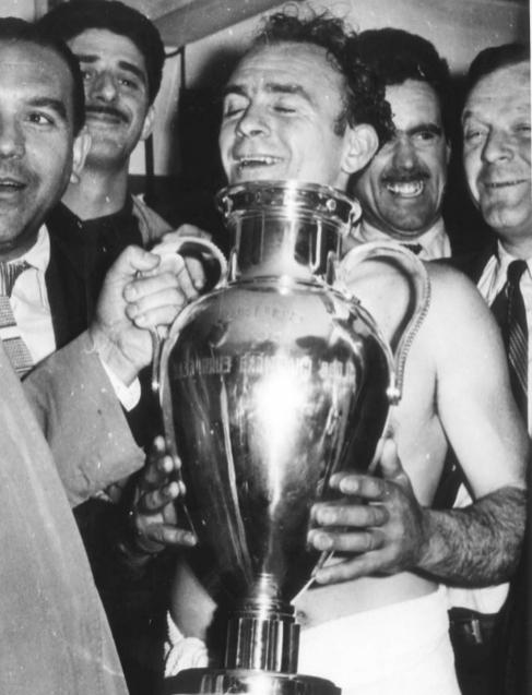 Di Stéfano, con la primera Copa de Europa que ganó, en 1956.
