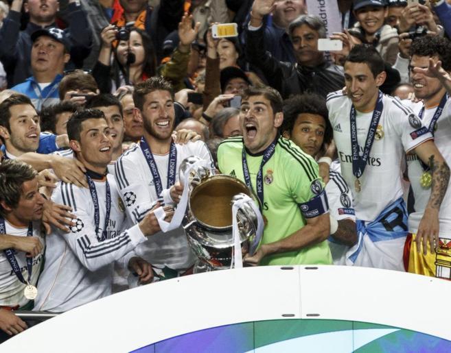 Iker Casillas y Sergio Ramos levantan la Copa de Europa tras ganar el...