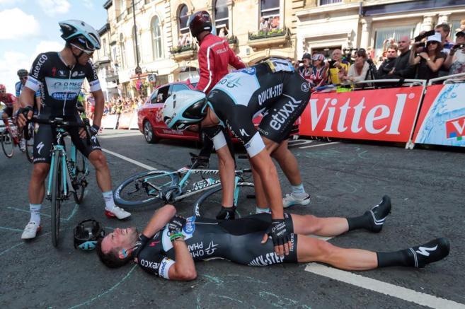 Mark Cavendish atendido por compañeros.