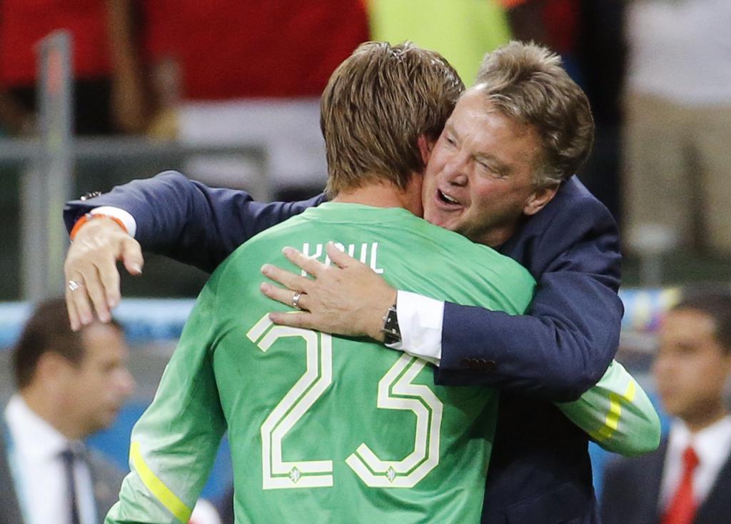 Van Gaal abraza a su héro Krul tras parar dos penaltis en la tanda.