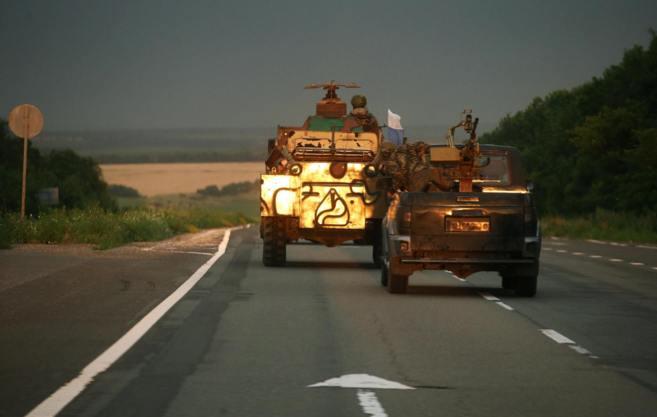 Un convoy con milicianos prorrusos se dirige a la ciudad ucraniana de...