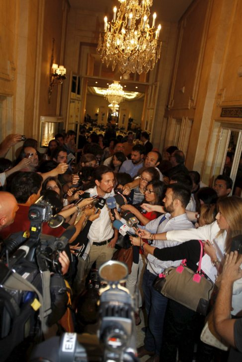 Pablo Iglesias rodeado de periodistas tras una conferencia en el Ritz...