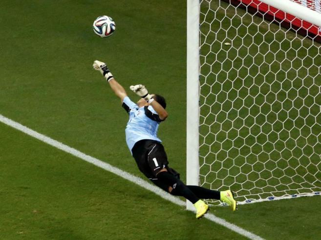 Keylor Navas durante una de sus grandes paradas en este Mundial de...
