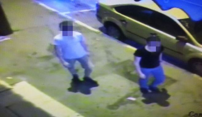 Dos de los sospechosos arrestados por la policía por el asesinato de...