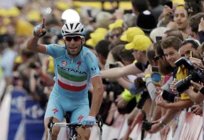 Vincenzo Níbali, con el dedo en alto, tras su victoria en la segunda...