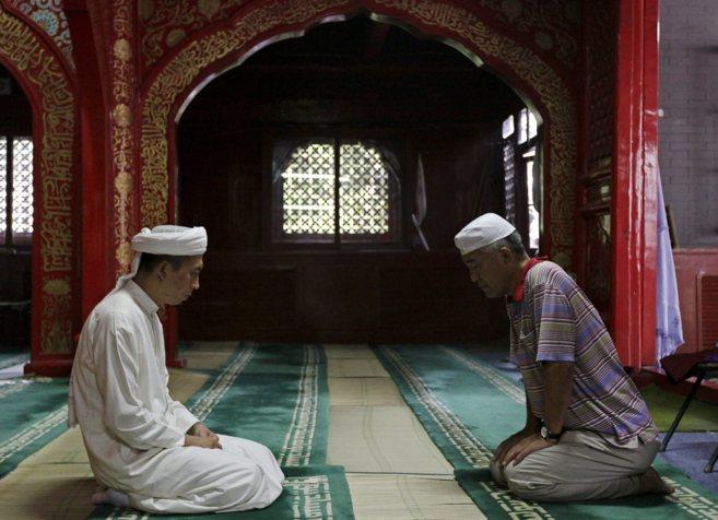 Dos fieles musulmanes rezan en una mezquita de Pekín.